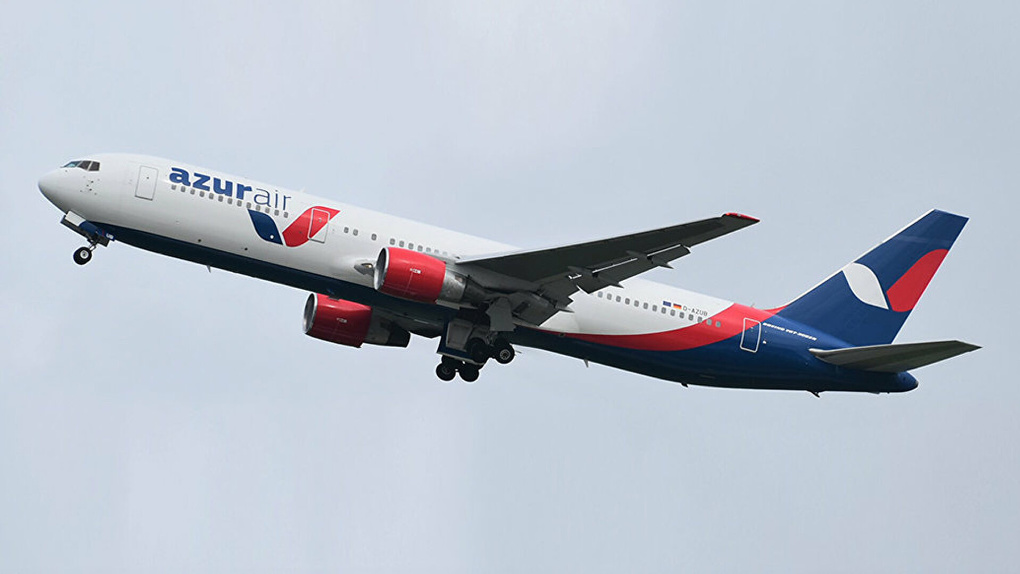 В самолет, летевший из Екатеринбурга в Сочи, ударила молния