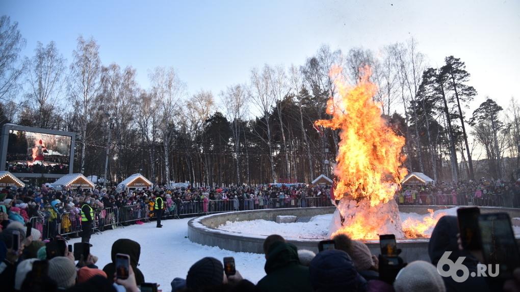 В ЦПКиО сожгли шестиметровое чучело Масленицы. Фото