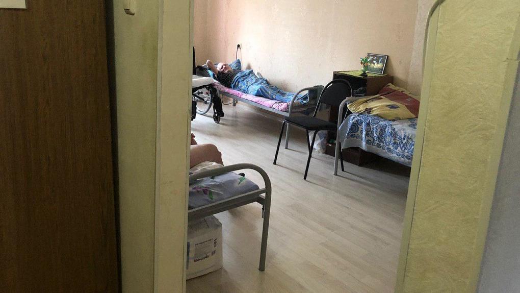 «У нас постоянно трупы под окнами»: на Урале пансионат для пожилых разместили в обычной съемной квартире