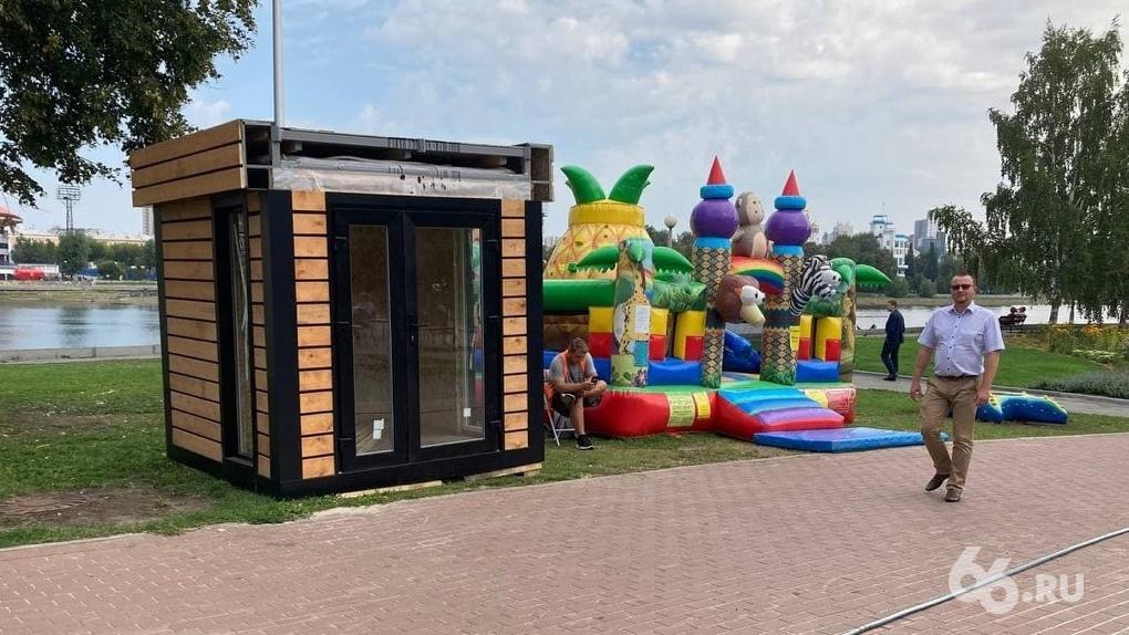 «Король батутов» Максим Пыцко установил у Ельцин Центра пункт проката детских электромобилей
