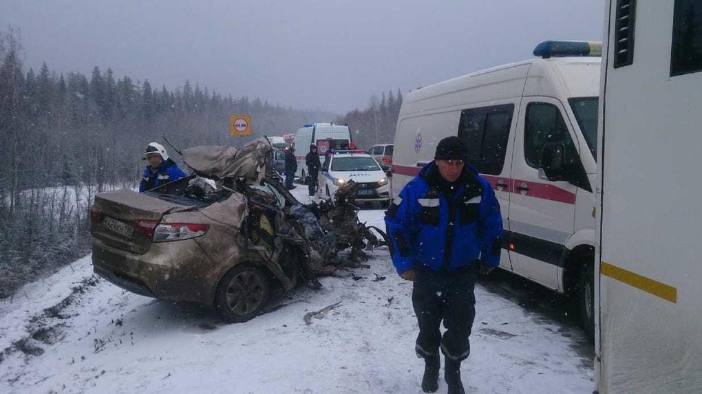 Автобус и три автомашины столкнулись на трассе под Екатеринбургом