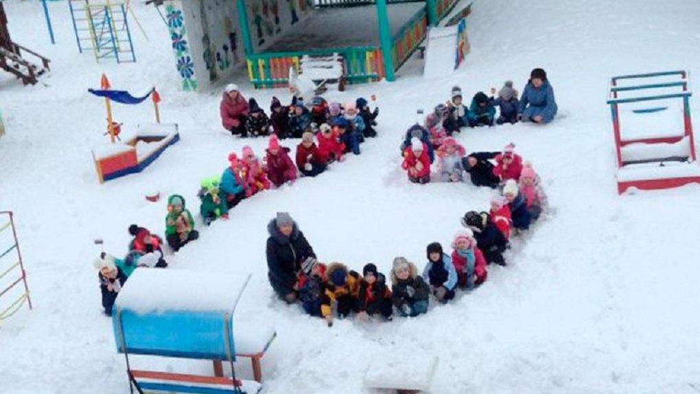 Детей поставили в снег на колени, чтобы отметить годовщину Сталинградской битвы. Фото безумного флешмоба