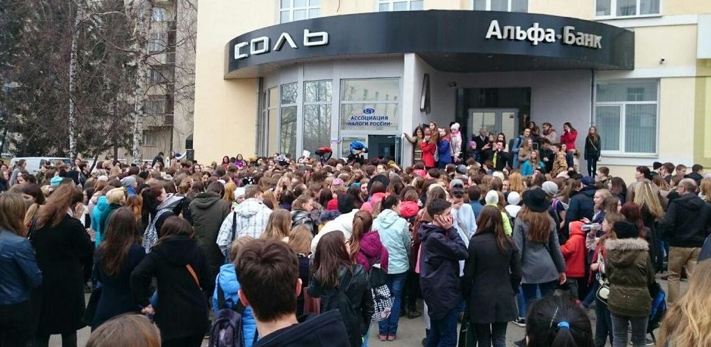 Орали, визжали, не давали проехать: разгонять фанатов видеоблогера Кати Клэпп в Екатеринбурге приехала полиция