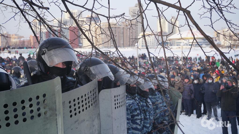 ОМОН разогнал марш Навального в Екатеринбурге. Протестующих били, задерживали и вытесняли щитами