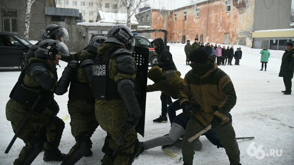 Юнармейцам показали, как силовики подавляют беспорядки. Фоторепортаж