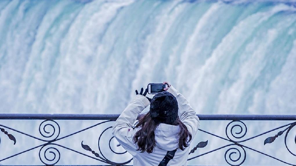 ВСША туристы съезжаются посмотреть на«замерзший» Ниагарский водопад