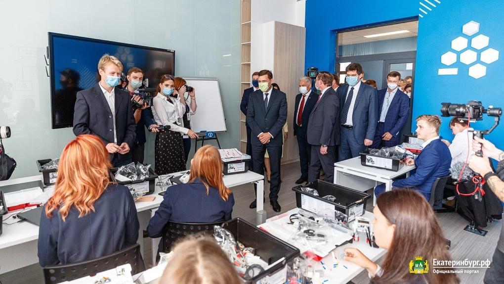 Александр Высокинский отказался переводить все школы на дистант, несмотря на выявленные случаи COVID-19