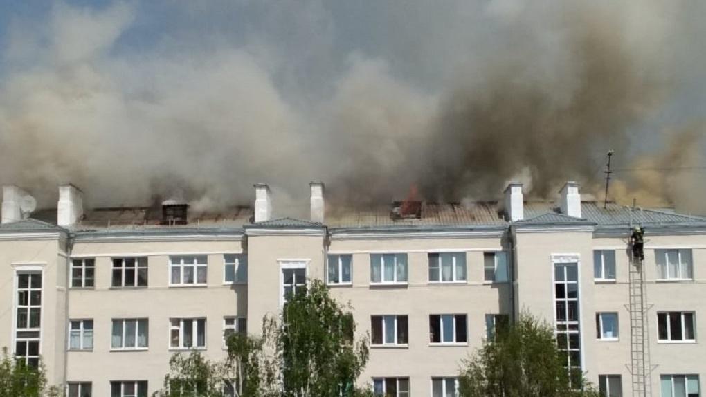 В центре Екатеринбурга – крупный пожар. Сгорела крыша и квартира жилого дома