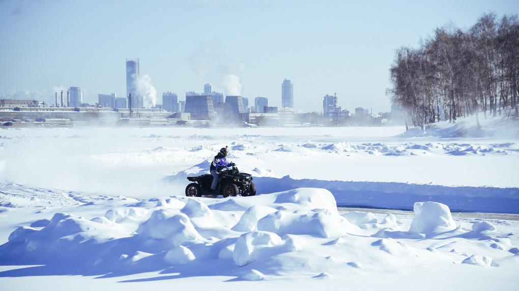 Сергей Карякин устроил гонки на льду Верх-Исетского пруда. Фото