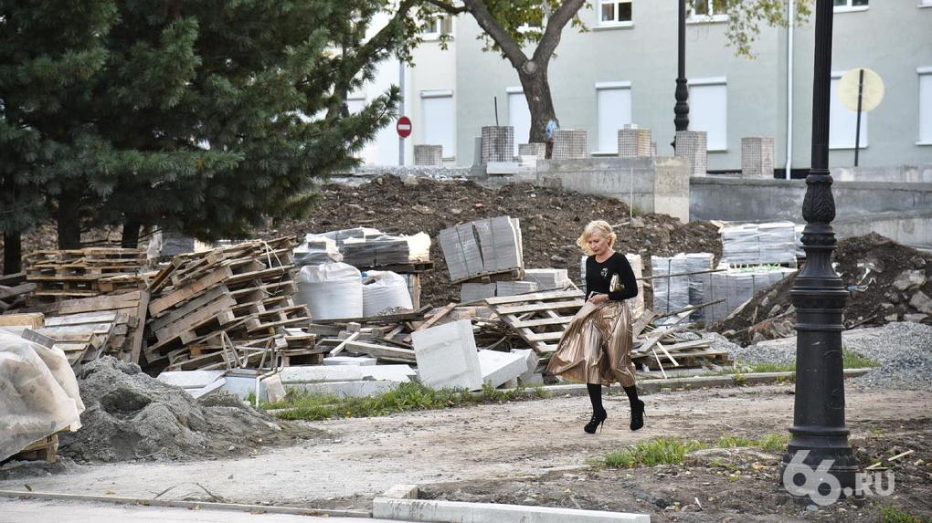 «Парки и скверы» заявили о бесконтрольной рубке деревьев у Оперного театра