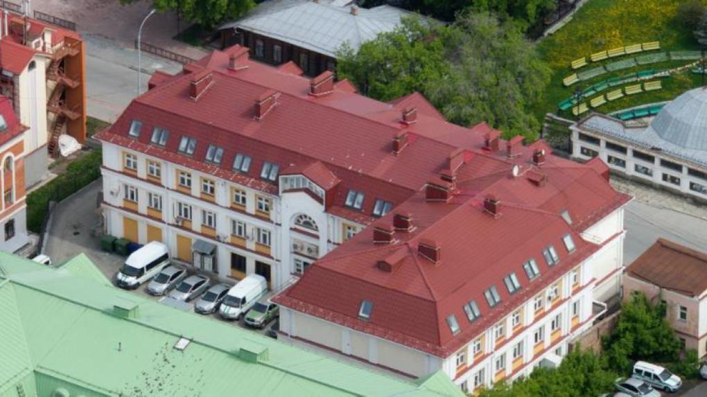 Готовый бизнес: в Екатеринбурге продают здание с несколькими сотнями судебных приставов внутри