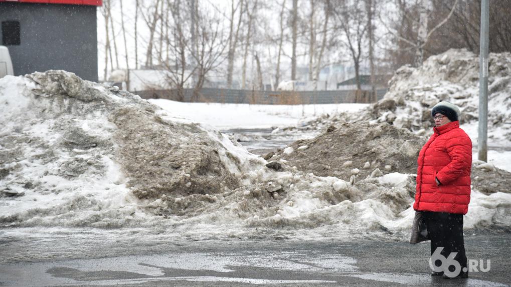 В феврале коммунальщики вывезли из Екатеринбурга 270 тысяч тонн снега — но в городе все равно скользко