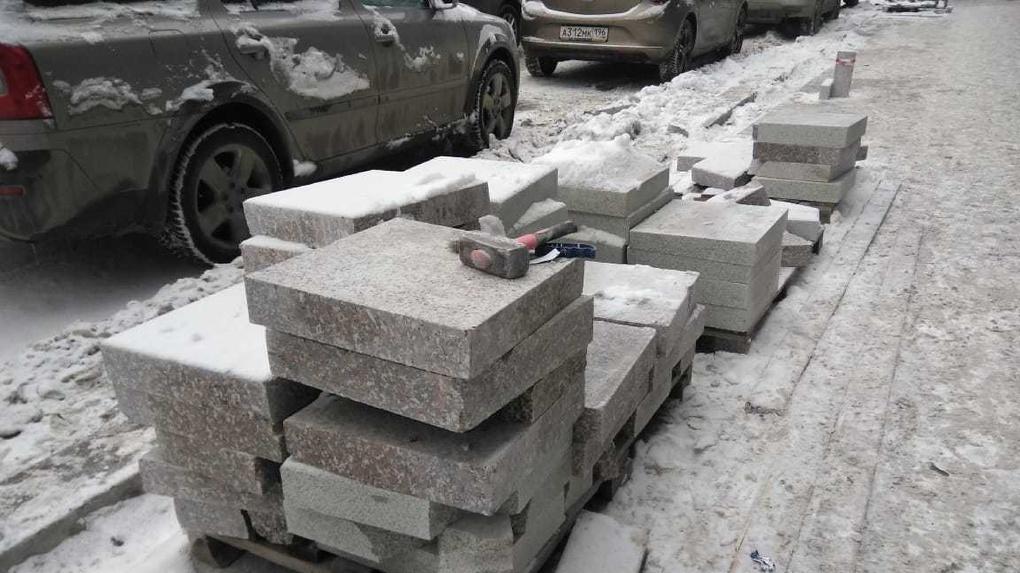 «Гранита вообще нигде не было»: подрядчик объяснил, почему ремонт тротуаров затянулся до зимы