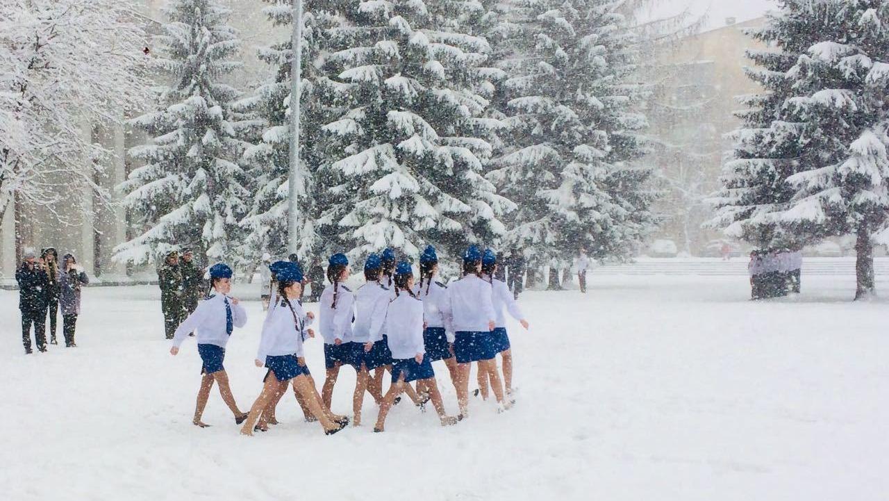 В Екатеринбурге девочек в летней форме заставили маршировать по сугробам. Безумные фото