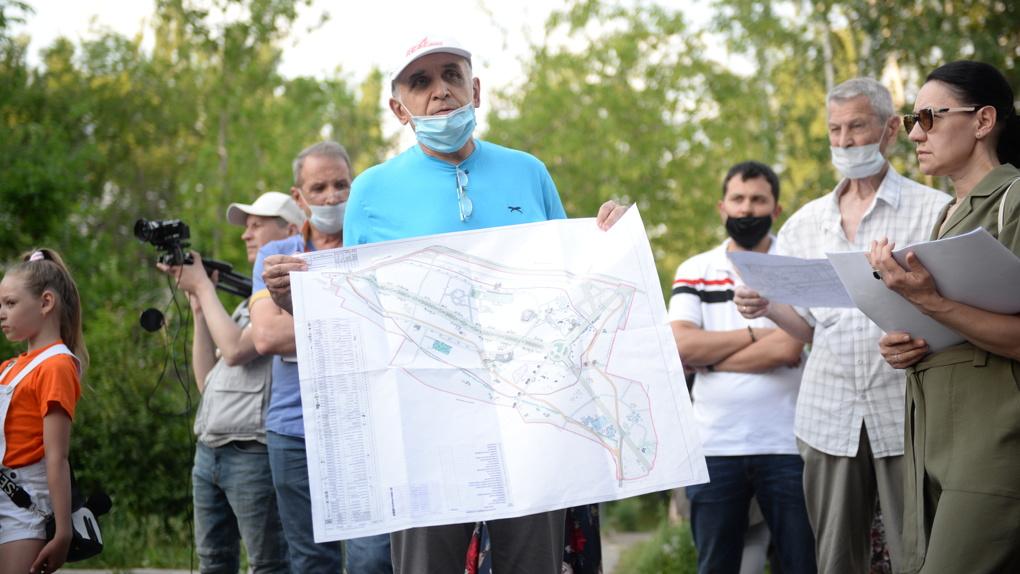 «Экосистему убьет бетон». 50 человек пришли в парк у Дворца молодежи, чтобы остановить его реконструкцию