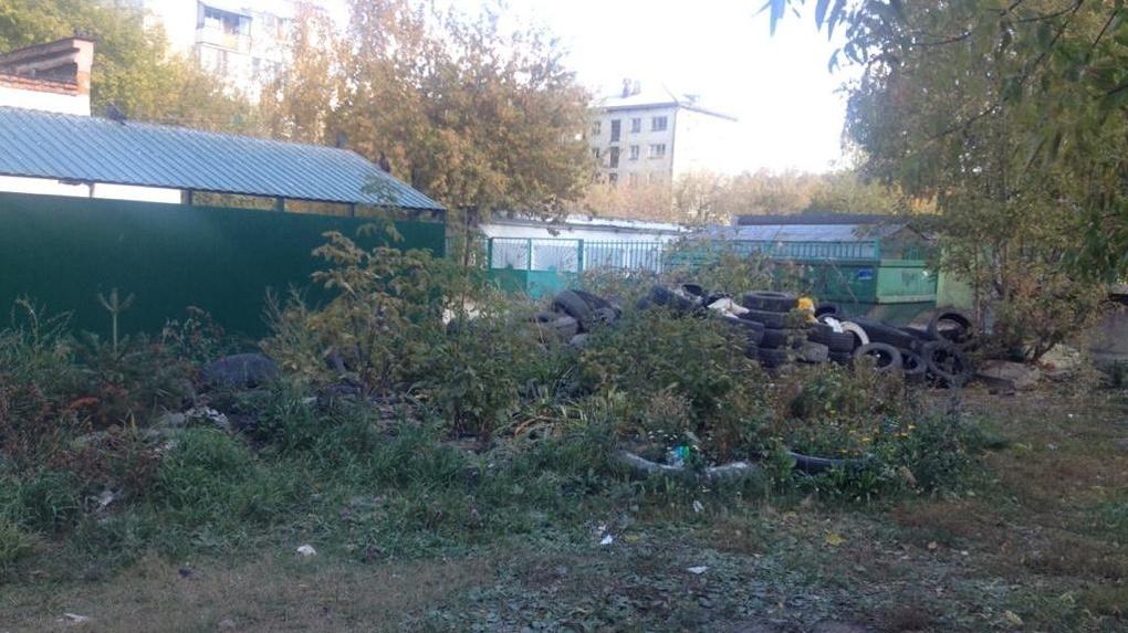 Дворы Екатеринбурга превращаются в свалки старых покрышек. Фото