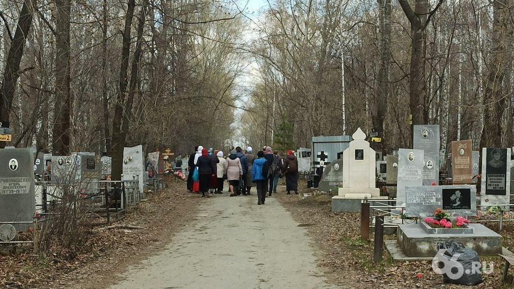 В Родительский день люди пришли на кладбища. Запрет Роспотребнадзора и полицейские патрули не сработали