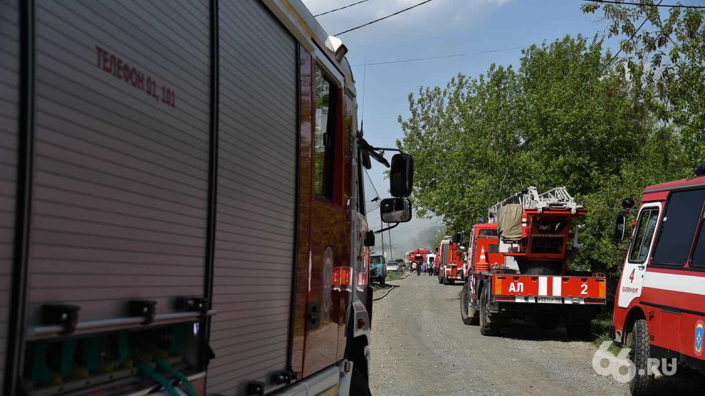 В Екатеринбурге сгорели дома в частном секторе. Фото пожара