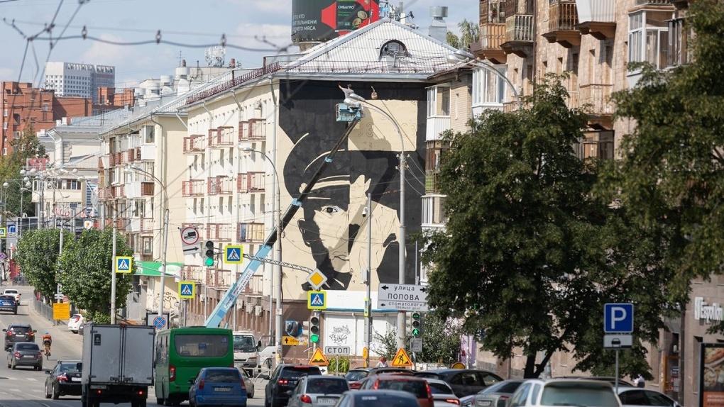 В центре Екатеринбург появился огромный черно-белый мурал. И это не работа «Стенограффии»