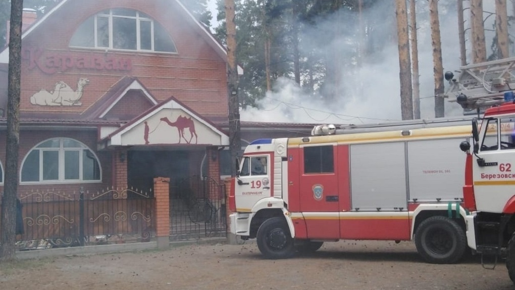 На выезде из Екатеринбурга загорелось летнее кафе. Фото, видео