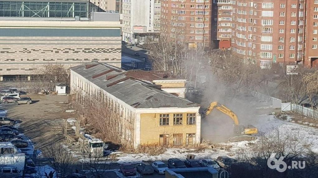 На Тверитина сносят заброшенную школу. Фото