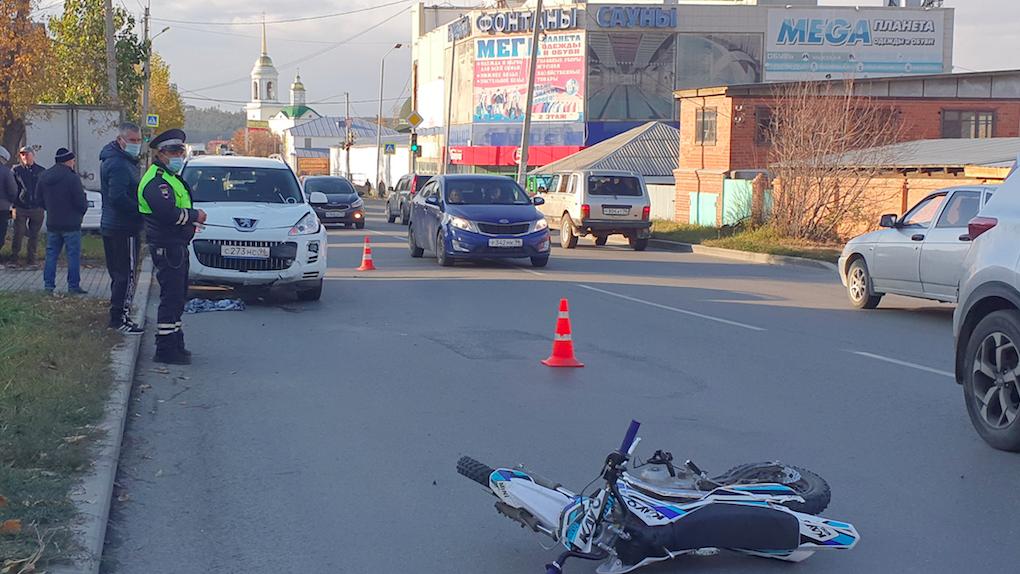 В Екатеринбурге два мальчика на питбайке попали в ДТП. Один из них погиб