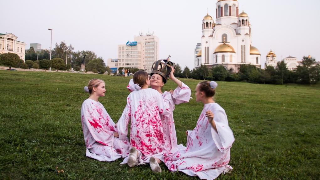 Молодой режиссер отправил «убитых дочерей царя» гулять по Екатеринбургу в окровавленной одежде. Фото