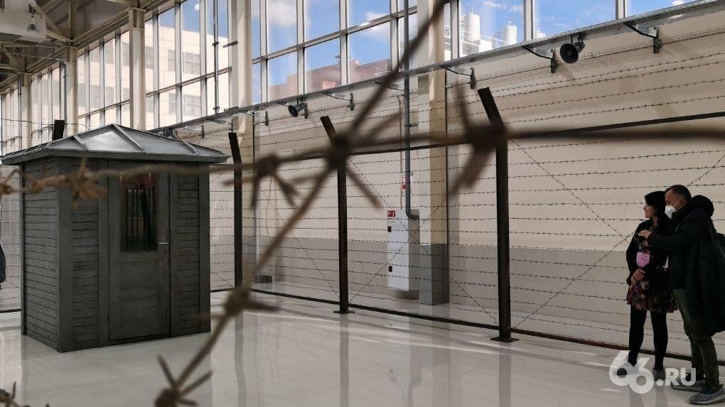На Уральской биеннале выставили будку охраны, обнесенную забором с колючей проволокой. Фото