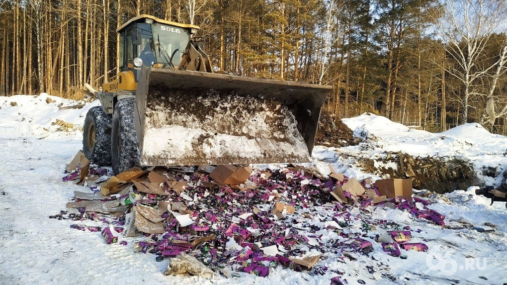 Под Екатеринбургом раздавили трактором 10 тысяч упаковок опасного снюса. Видео