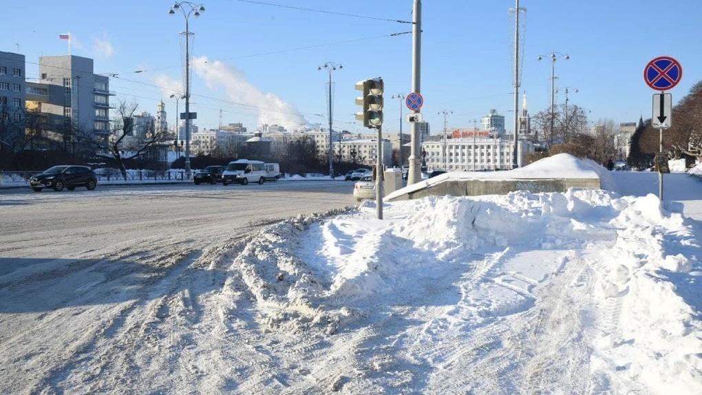 В администрации Екатеринбурга назвали пять причин плохой уборки города от снега