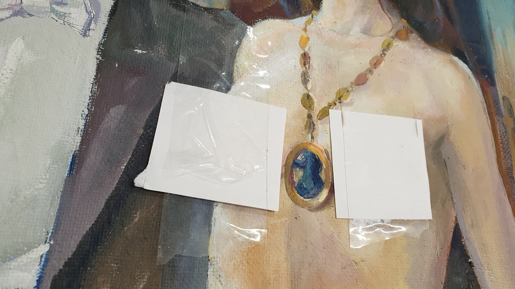 На выставке в Екатеринбурге фрагменты картин с обнаженными женскими телами заклеили стикерами. Фото