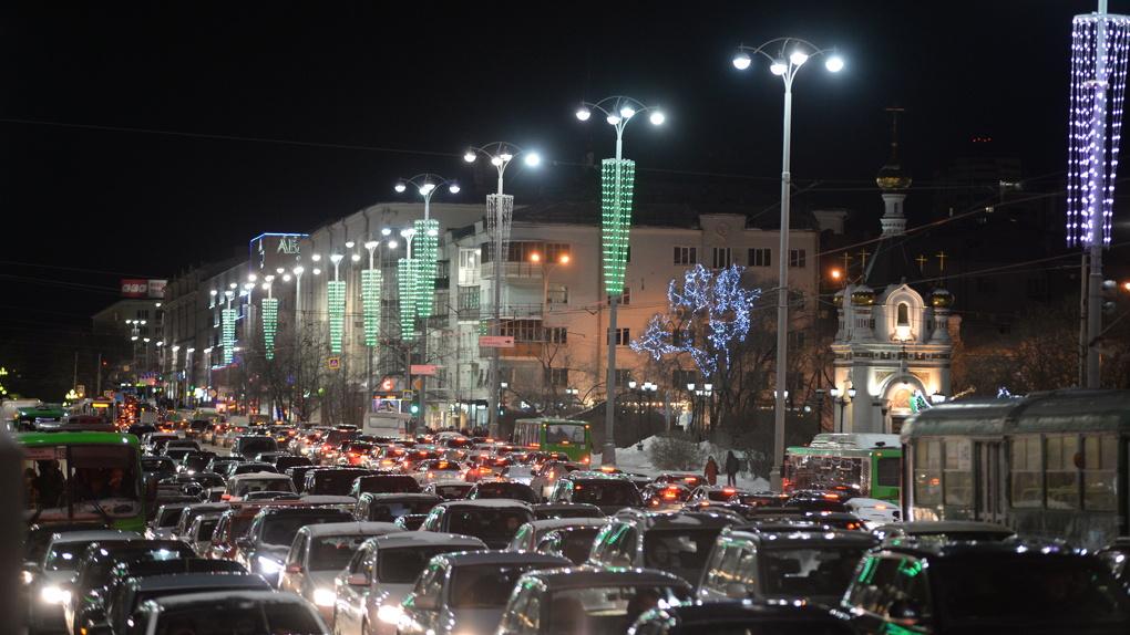 В Екатеринбурге зажгли «фееричную» иллюминацию за 40 млн. Смотрите, как это выглядит