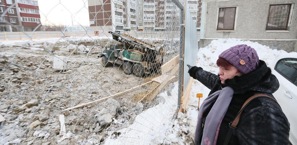 Противостояние переросло в драку: протестующие бабушки с Родонитовой поцапались со строителями