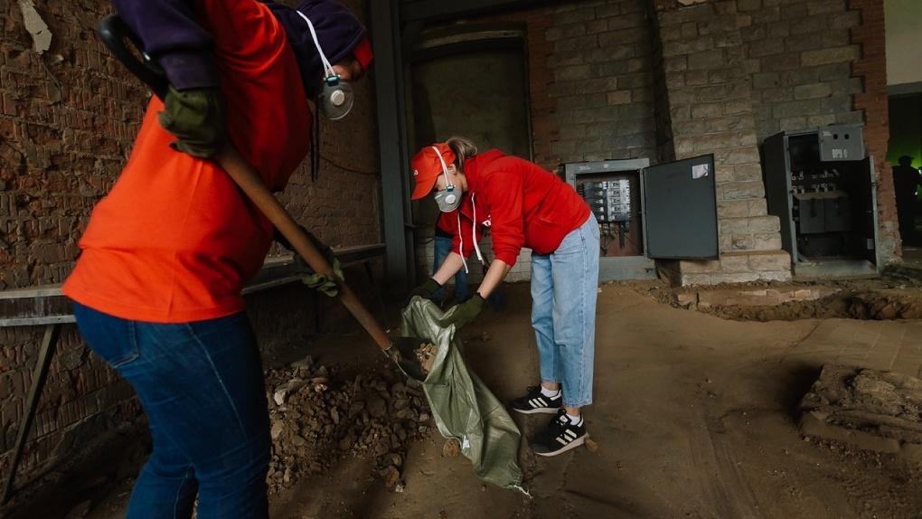 Вывезли четыре вагона мусора. «Сима-ленд» занялся подготовкой исторического здания к реконструкции
