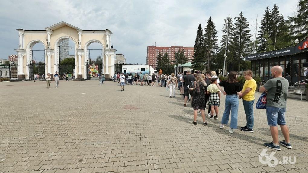 На входе в ЦПКиО собралась длинная очередь из людей, которые пришли поставить прививку от COVID-19. Фото