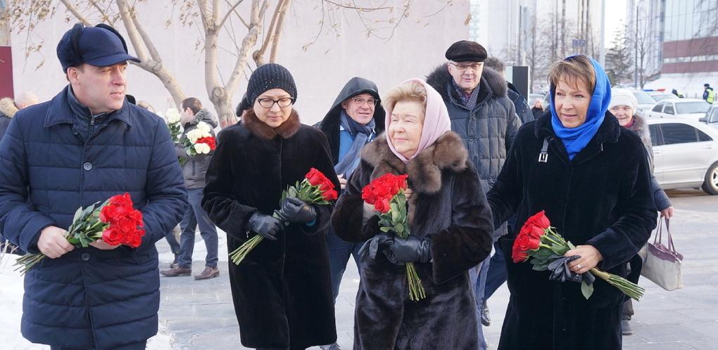 Семья Бориса Ельцина и первые лица области возложили цветы к памятнику первому президенту России