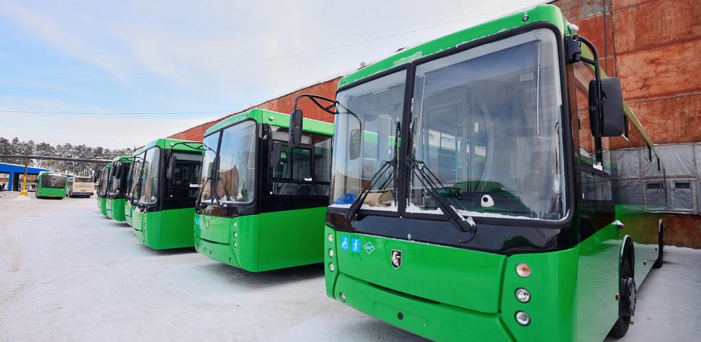 В Екатеринбург прибыли 60 новых низкопольных автобусов. Зеленые НефАЗы пустят по шести маршрутам