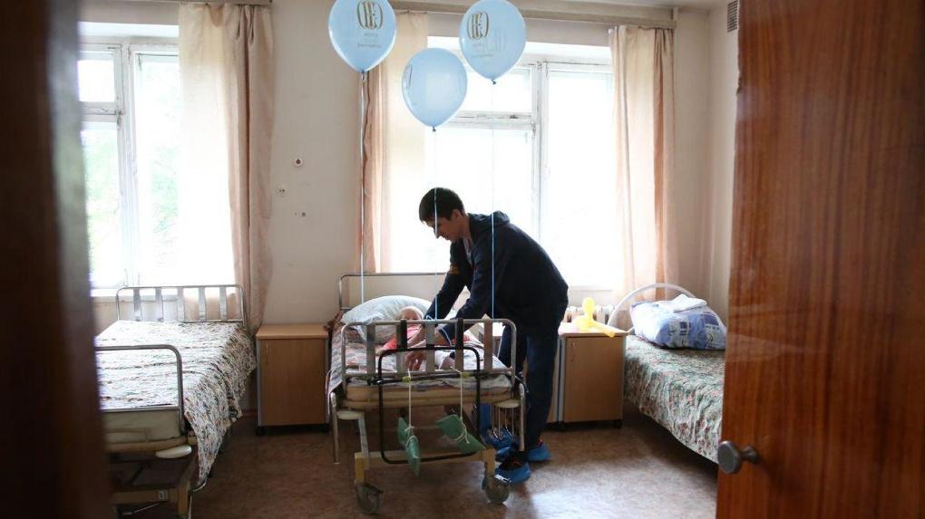 Феи, клоуны и губернатор пришли в главную детскую больницу. Подарки получили не только больные