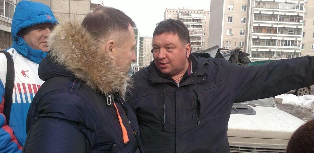 Противники точечной застройки на Родонитовой выставили живой щит. Строители наехали на депутата