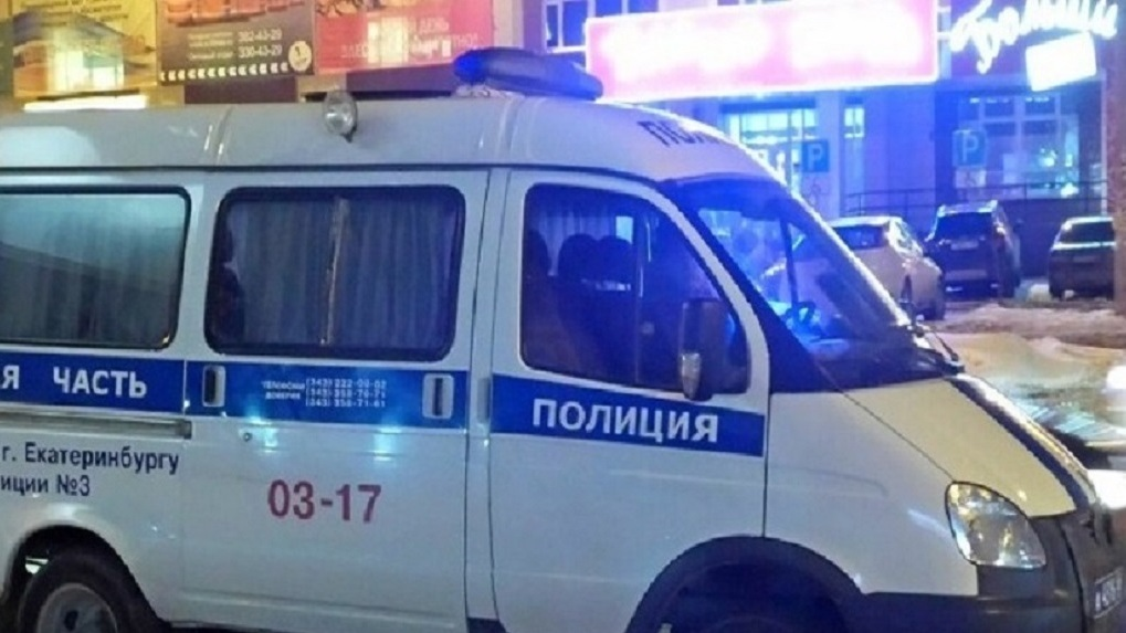 Под Екатеринбургом налетчик с автоматом ворвался на АЗС и выстрелил в охранника. Видео