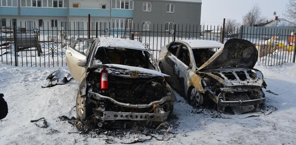 «Наш забор им не понравился»: жители Сортировки заподозрили УК и строителей в поджоге своих авто