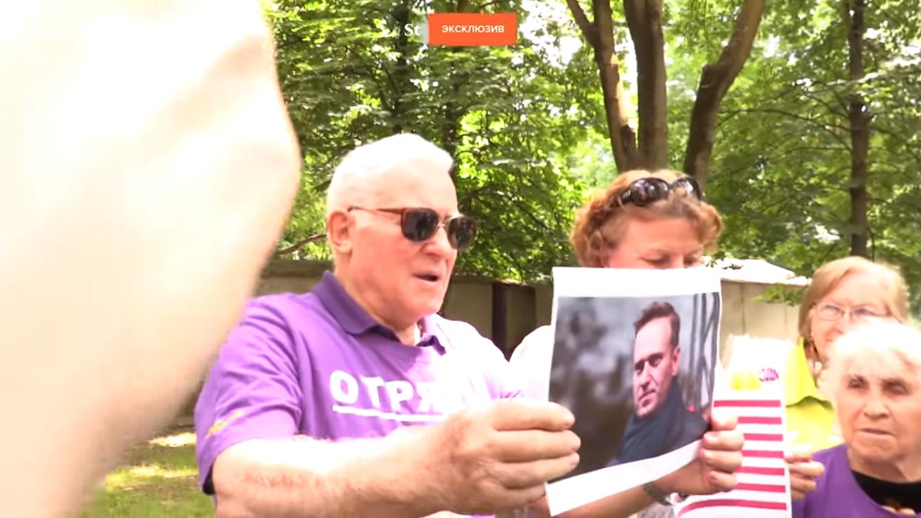 Боевые старушки из «отряда Путина» похоронили портреты Трампа, Навального и Дурова. Видео