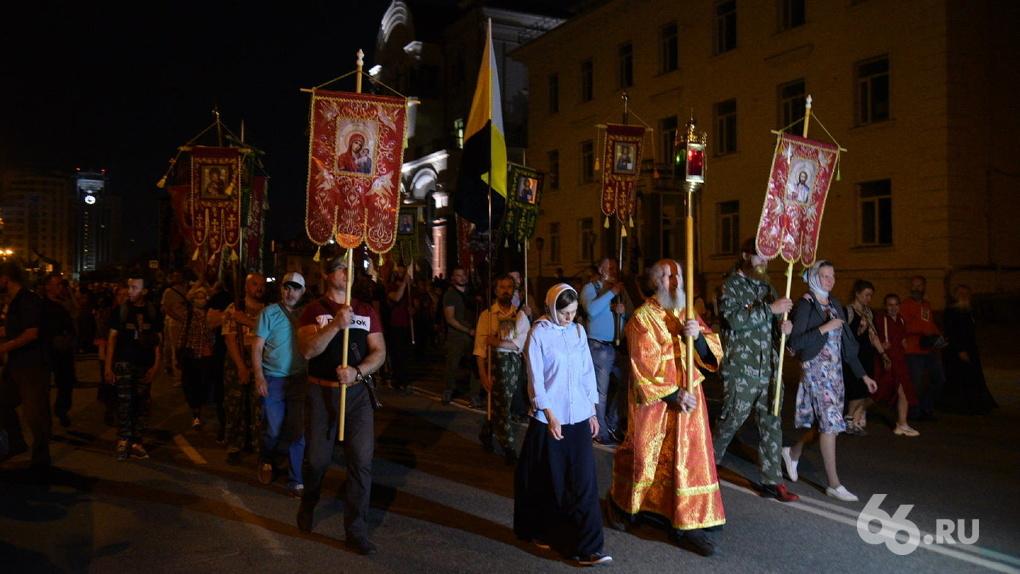 В Екатеринбурге прошли два крестных хода. Чем отличались шествия во главе с митрополитом и отцом Сергием