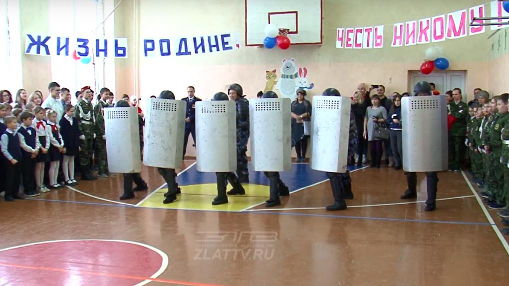 «Палкой сверху — бей!» Спецназ ФСИН показал детям приемы разгона протестующих