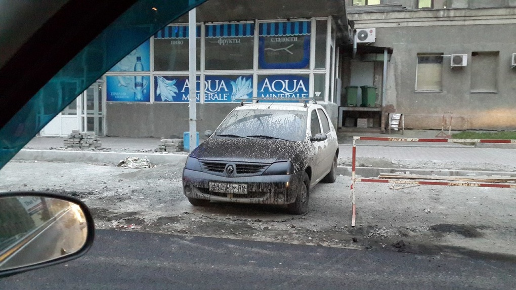 Психанули: рабочие раскрасили битумом припаркованный на Луначарского Renault