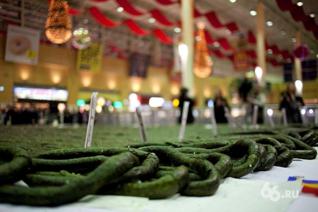 В Екатеринбурге приготовили и съели самый длинный ролл в мире