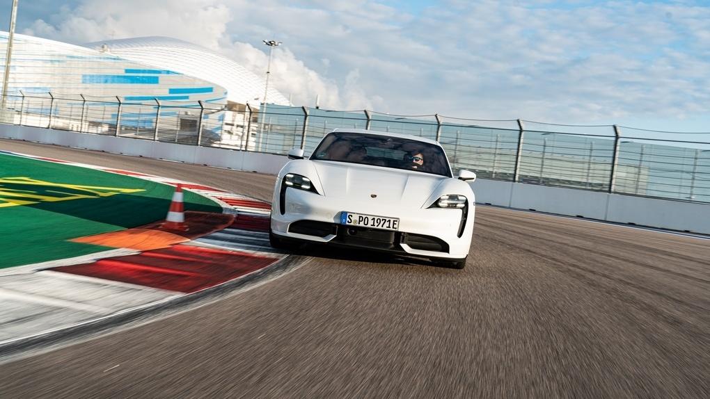 Porsche попытались сделать практичный электрический седан. Но опять получился суперкар