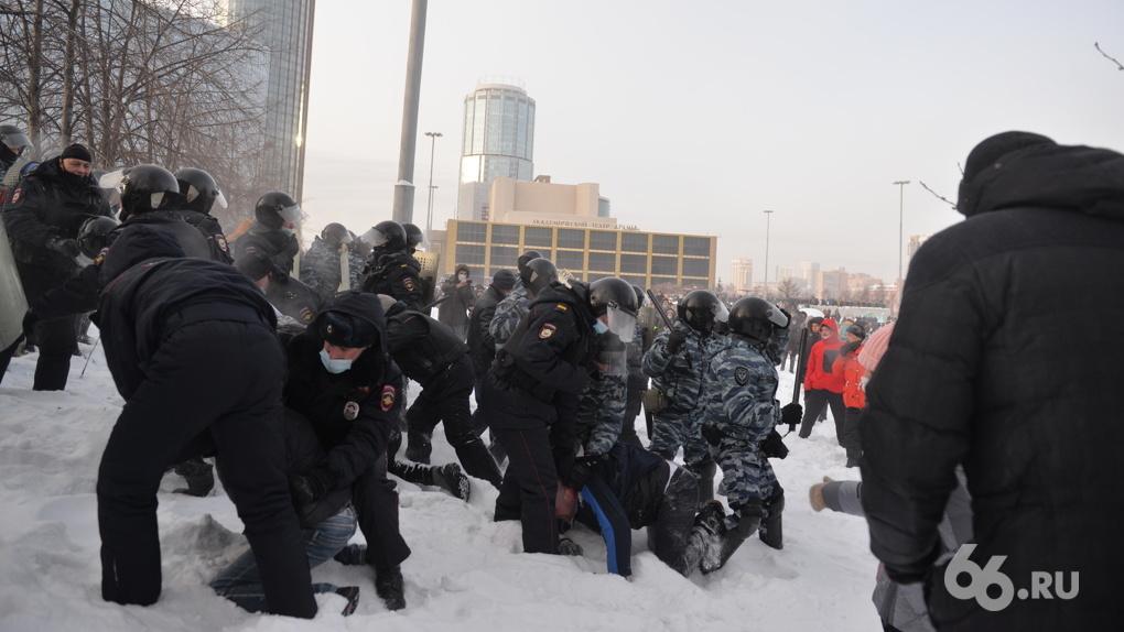 Сын члена партии «Единая Россия» пнул полицейского на марше Навального. Суд оштрафовал его на 45 тысяч