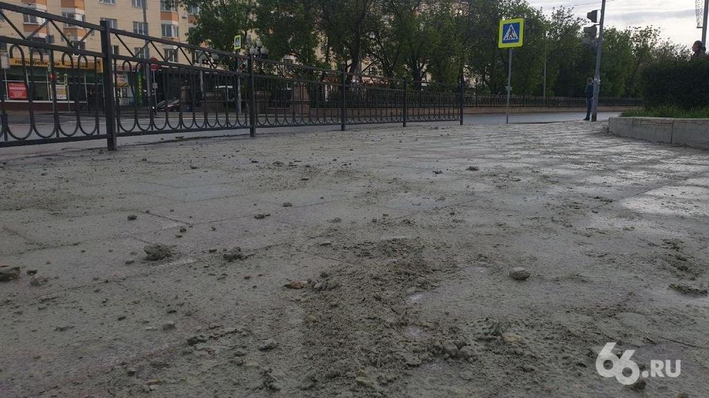 Рабочие переложили гранитную плитку на Ленина и оставили после себя песчаную кашу. Фото