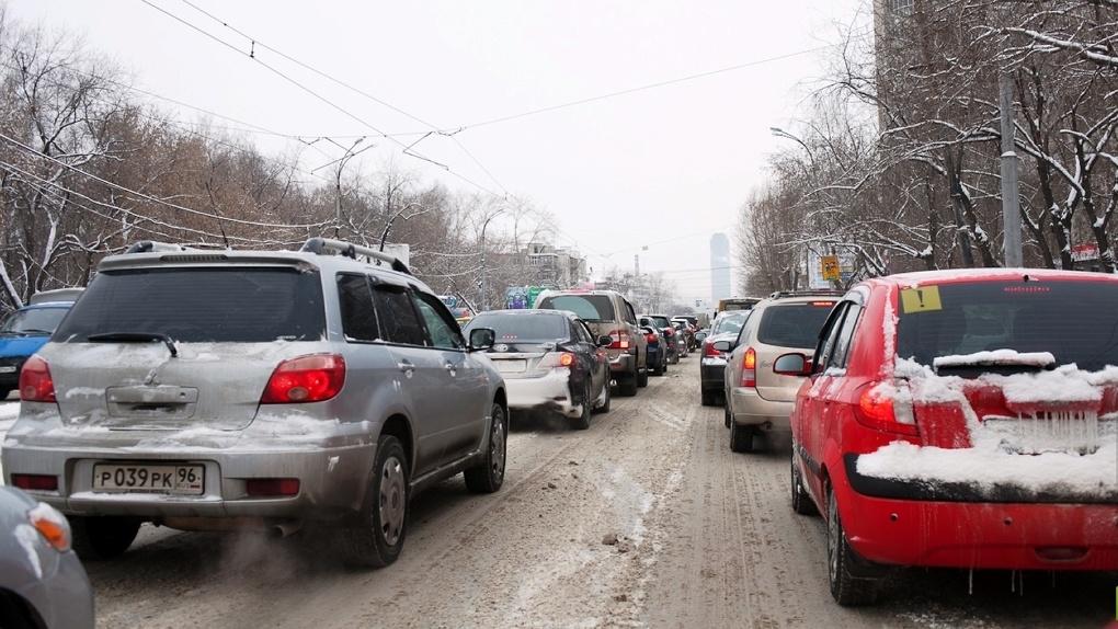 К середине недели окраины города неизбежно утонут в грязи. Убрать снег с улиц просто невозможно